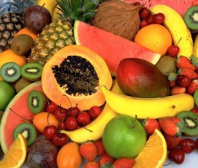 Персики, сливы, киви, апельсины, яблоки, груши, бананы